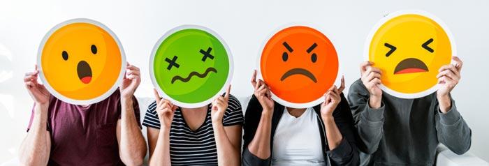 Koncentrationsproblemer - Række af personer der holder et emoticon op foran ansigtet