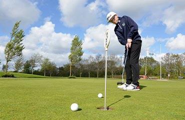 Elev fra Lydklinikken i Ribe har opnået større glæde ved golfspillet
